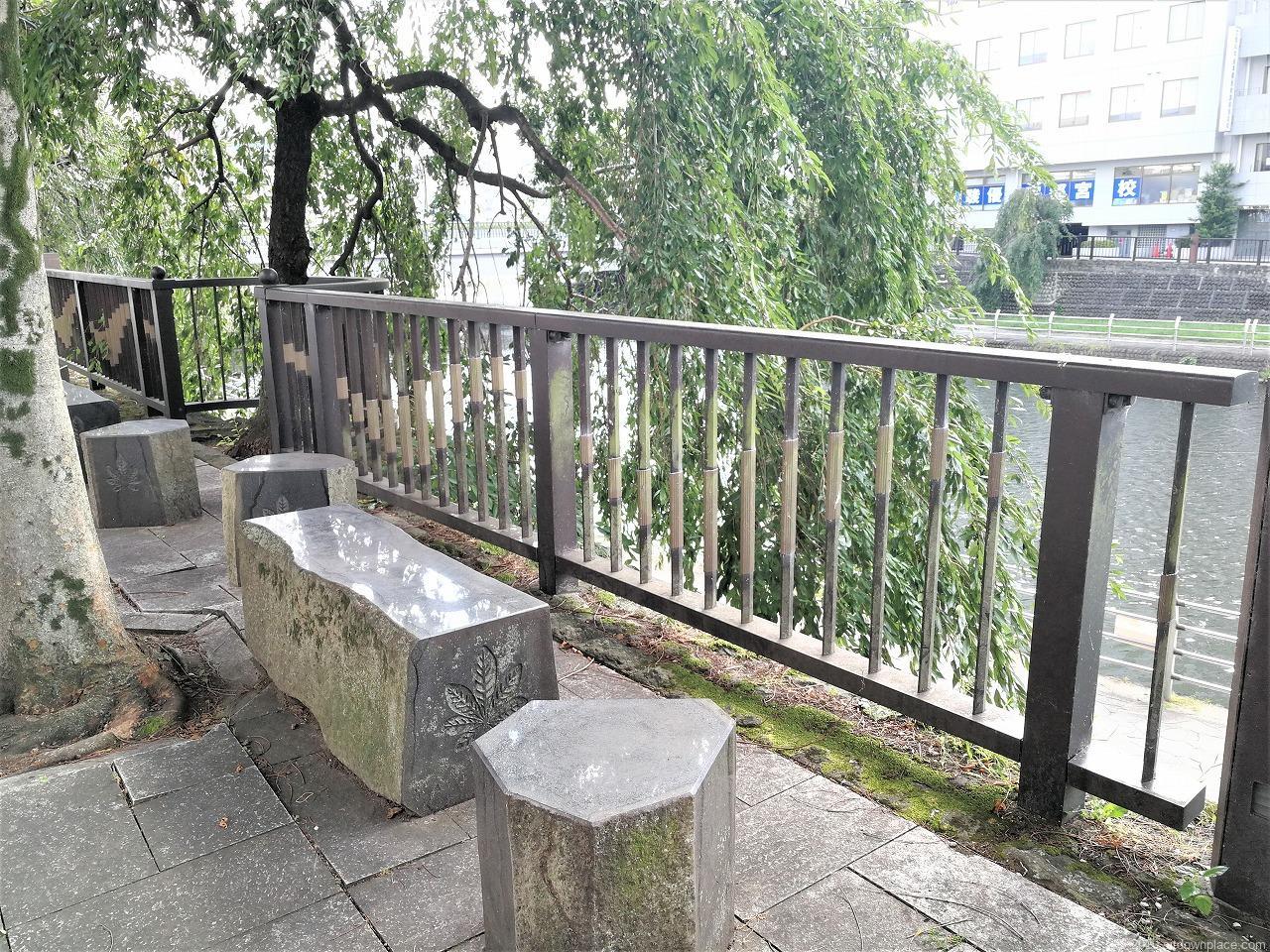 田川 奥州街道付近の休憩場所の石材ベンチ