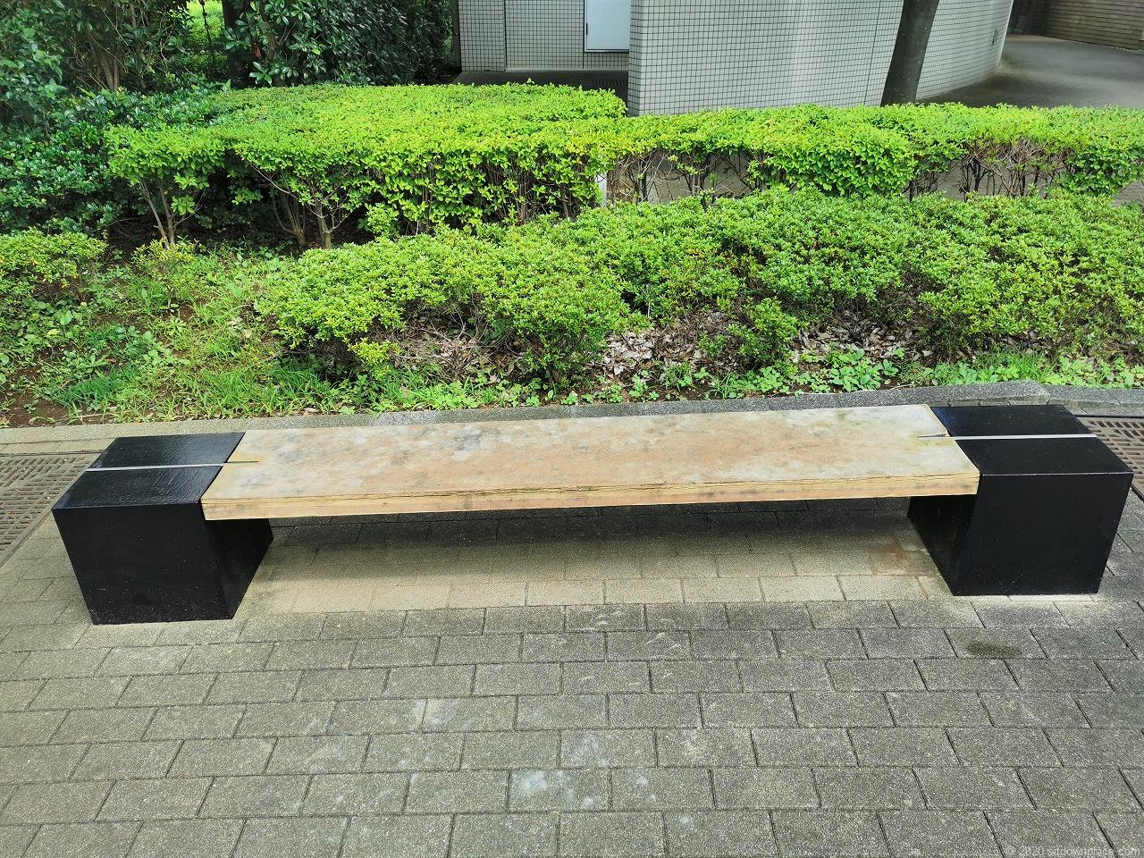 武蔵小杉駅 R-Styles公開空地のベンチ
