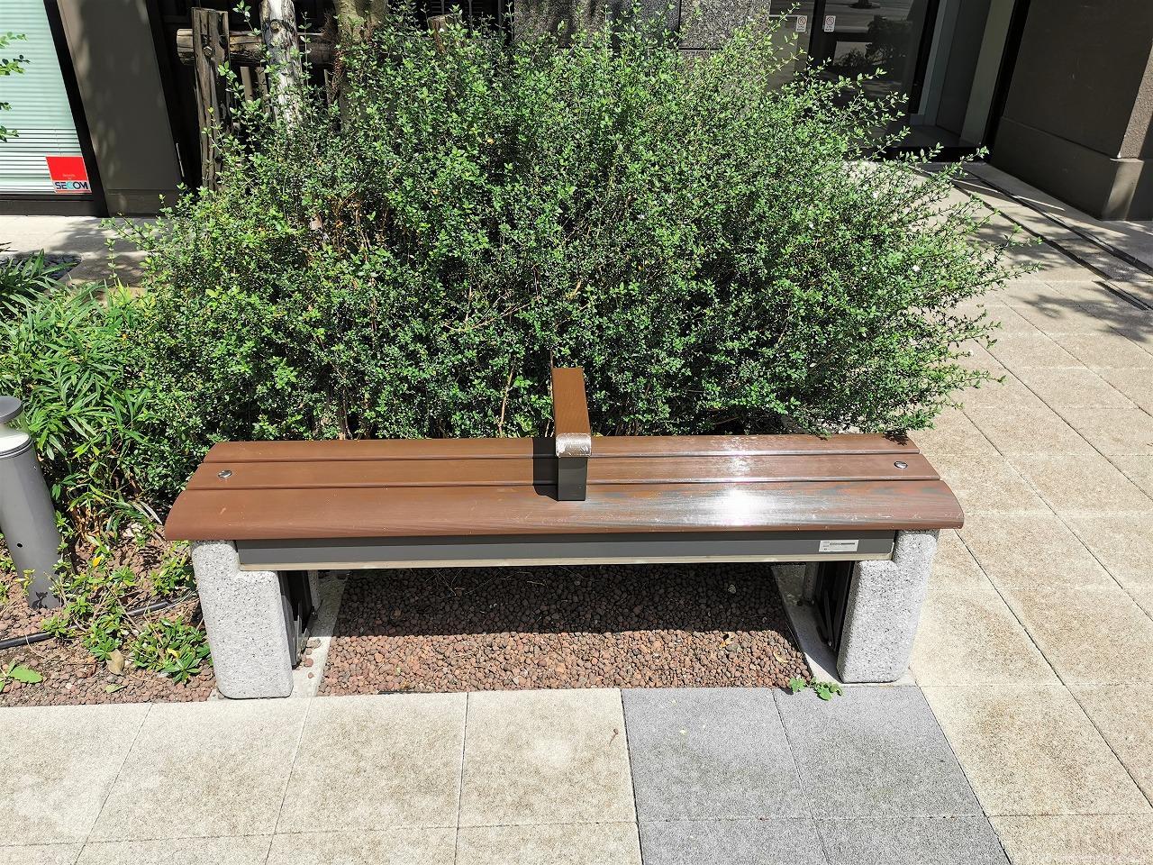 武蔵小杉駅 シティタワー公開空地のベンチ