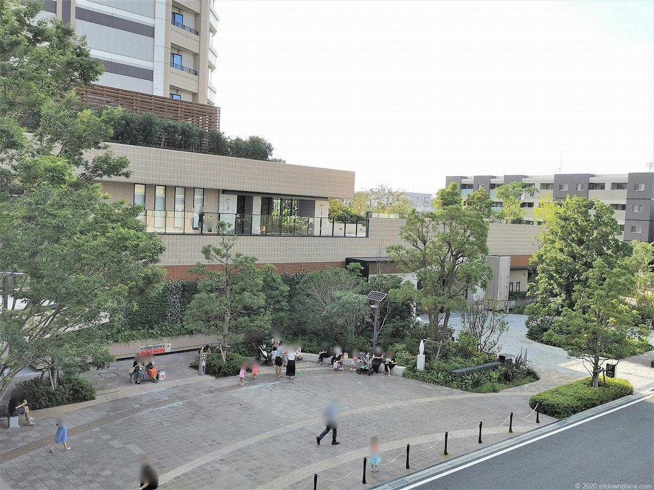 武蔵小杉駅 パークシティ ザ・ガーデン 地上広場の休憩場所2