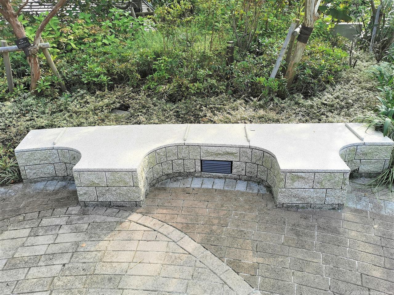 武蔵小杉駅 パークシティ ザ・ガーデン 屋上広場の石材ベンチ
