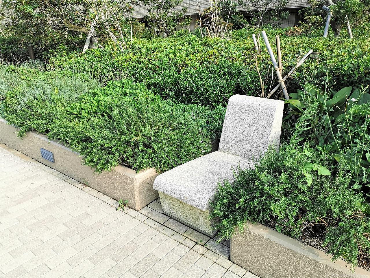 武蔵小杉駅 パークシティ ザ・ガーデン 屋上広場の石材イス横から