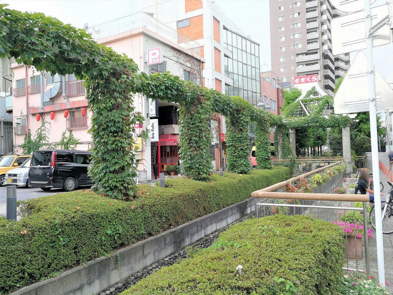東武宇都宮駅 釜川プロムナード ロマンチックドームの休憩場所1