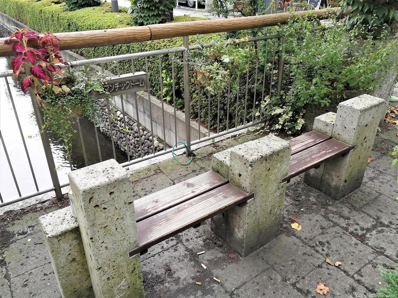 東武宇都宮駅 釜川プロムナード ロマンチックドームの休憩場所のベンチ