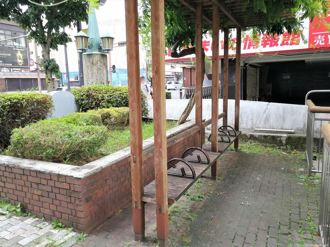 東武宇都宮駅 釜川プロムナード 大通り付外観近の木製ベンチ