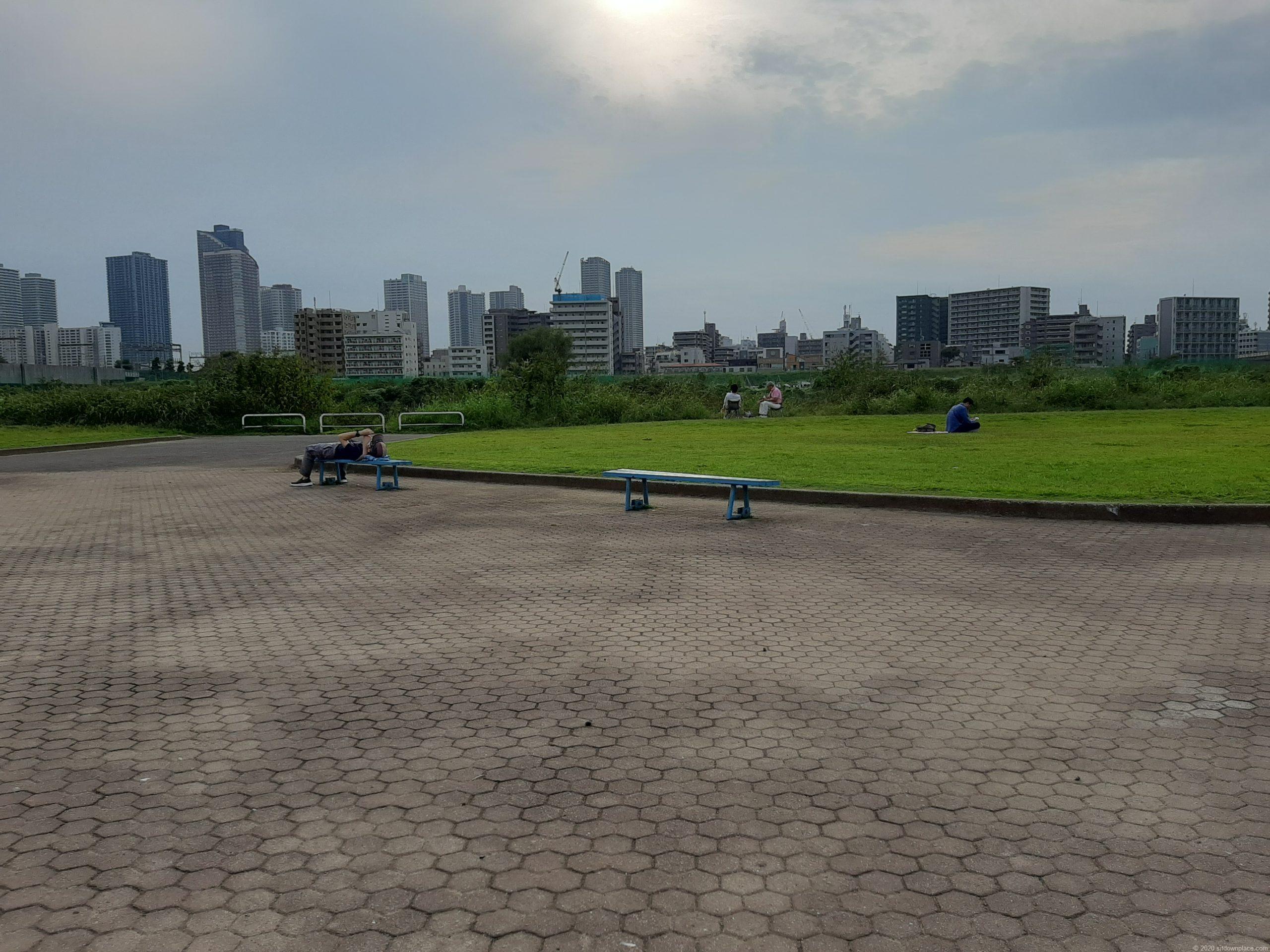 多摩川丸子橋緑地のベンチ