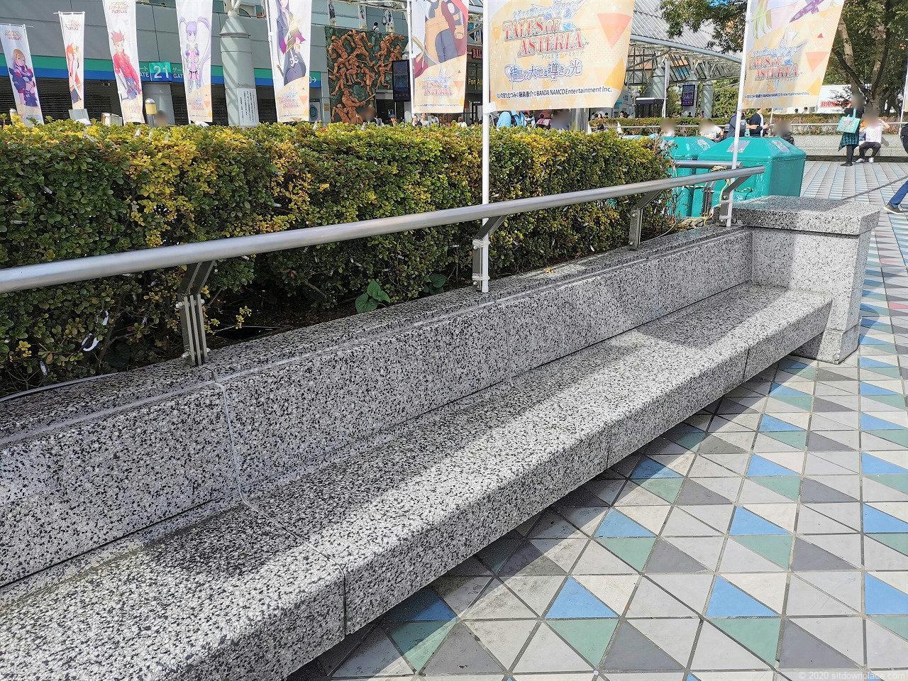 水道橋駅 東京ドーム周辺の休憩場所の石材ベンチ
