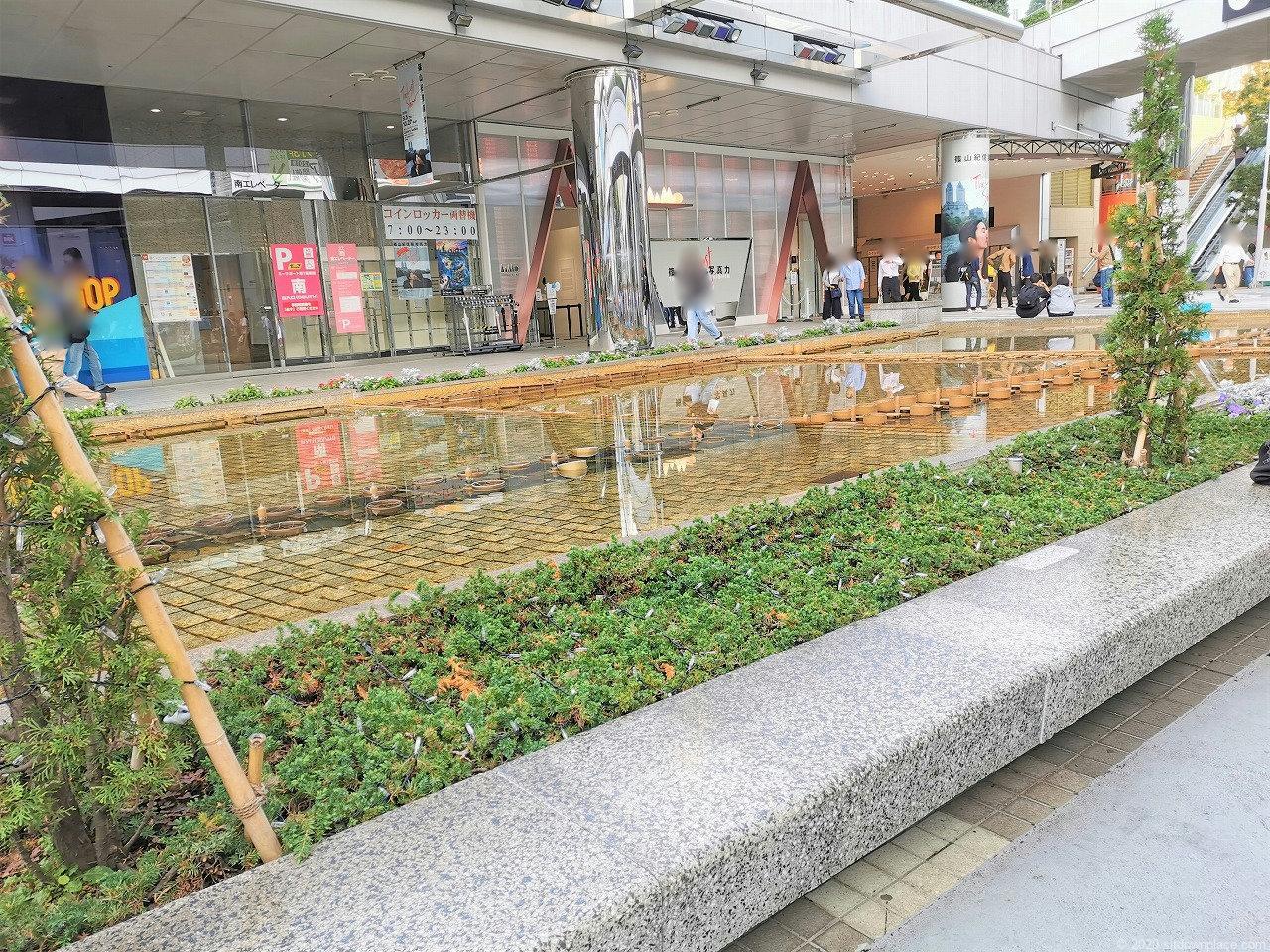 水道橋駅 東京ドームシティ クリスタルアベニューの休憩場所の石材ベンチ