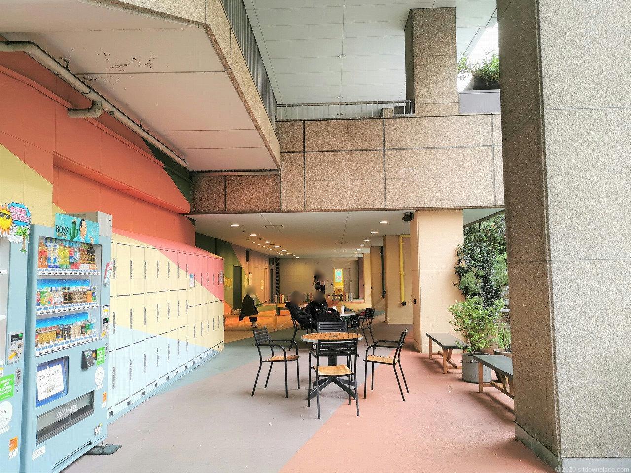 水道橋駅 東京ドームシティ HI!EVERY VALLEYの休憩場所5の自動販売機とロッカー