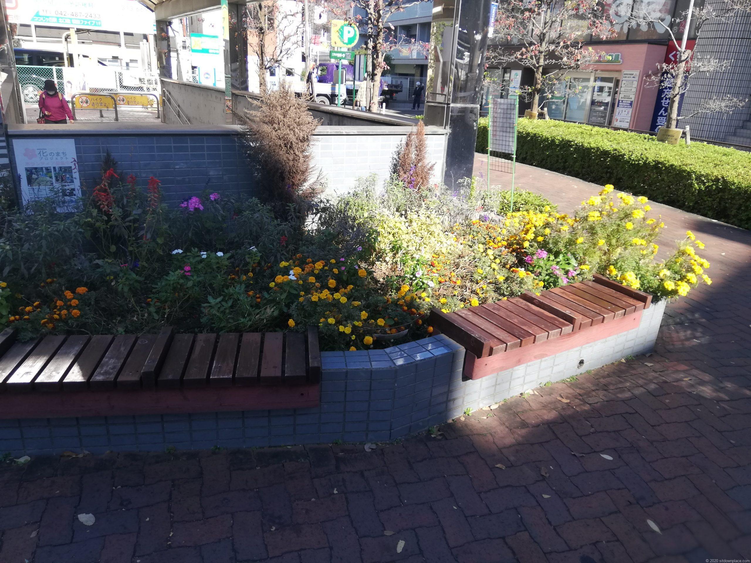 つつじヶ丘駅北口花壇のベンチ