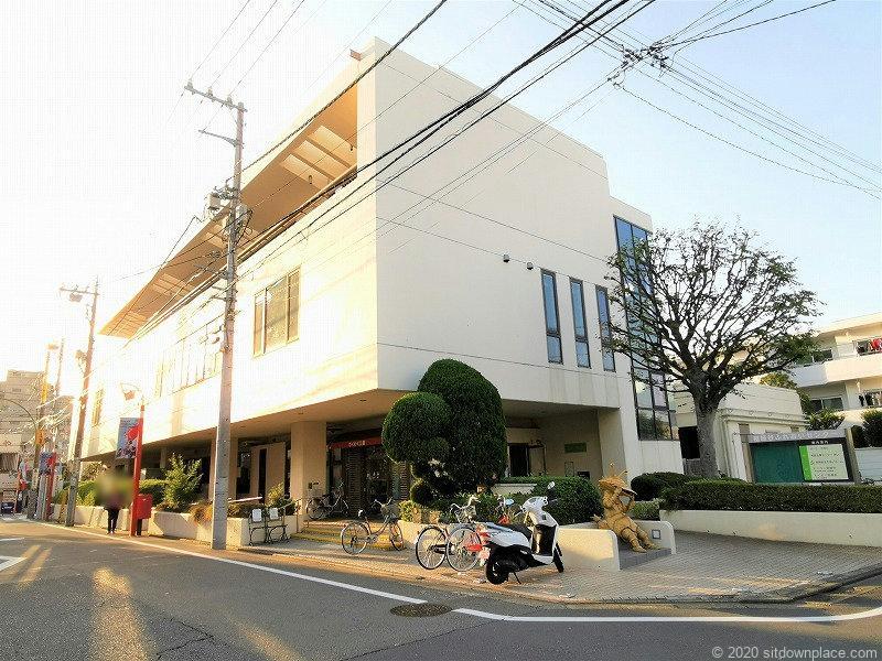 祖師ヶ谷大蔵駅カネゴン像周辺の外観
