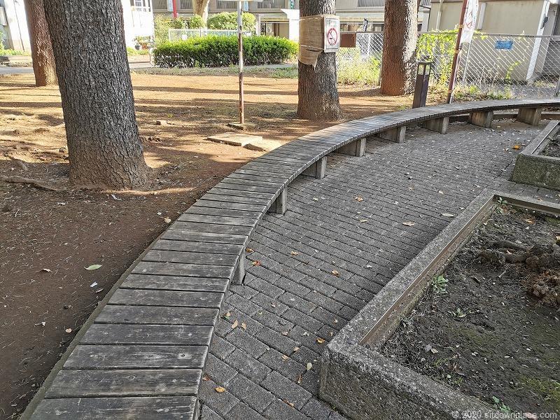 祖師ヶ谷大蔵駅ふれあい遊歩道の木のベンチ