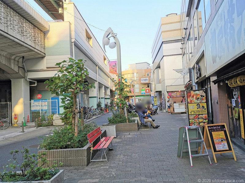 祖師ヶ谷大蔵駅駅前高架付近の休憩場所外観