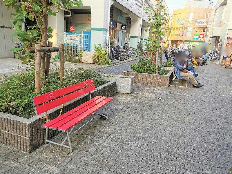 祖師ヶ谷大蔵駅駅前高架付近の赤いベンチ