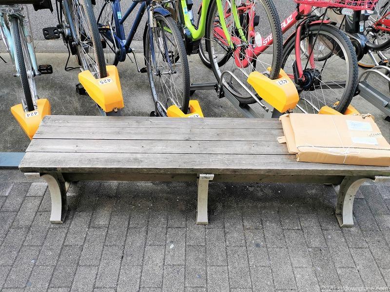 祖師ヶ谷大蔵駅駅前高架付近の木のベンチ