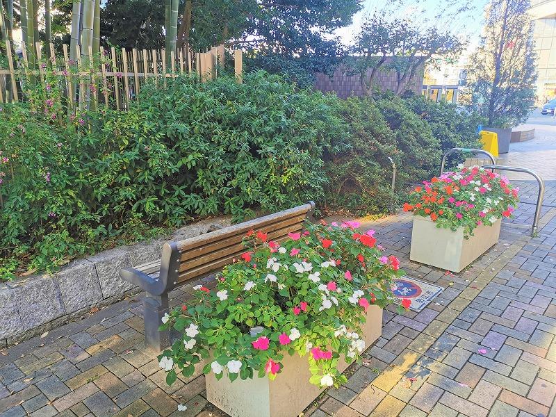 狛江駅 北口ふれあい側道の休憩場所のベンチと花壇