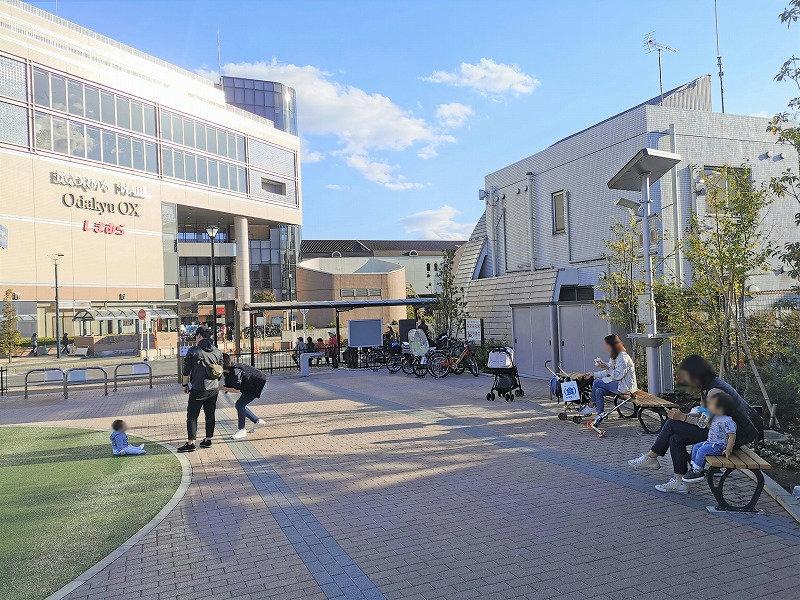 狛江駅 メビウスえきまえ広場の休憩場所