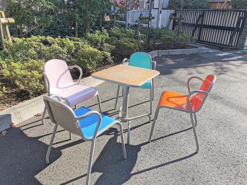 狛江駅市役所前の休憩場所のイスとテーブル