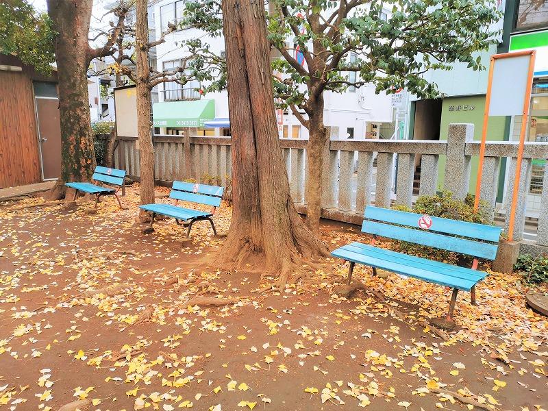 千歳船橋駅 稲荷森稲荷神社の休憩場所のベンチ