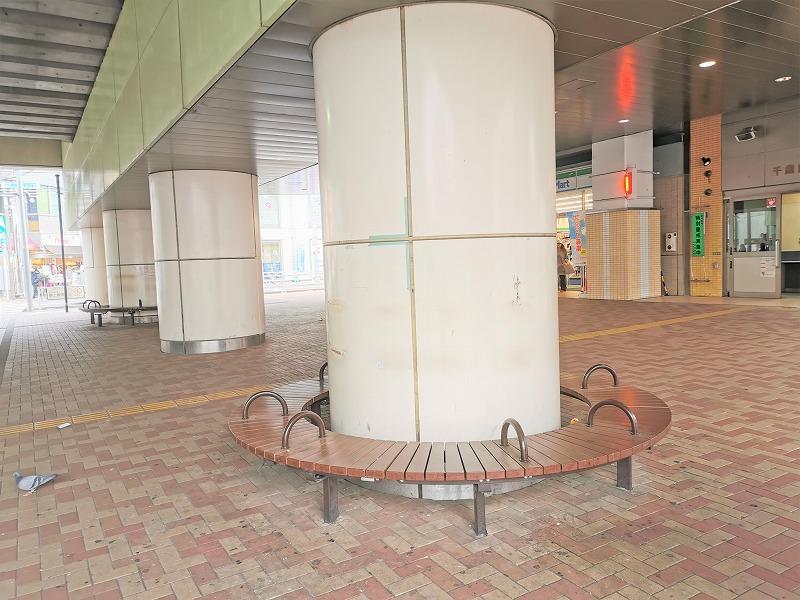 千歳船橋駅 高架下広場の休憩場所1