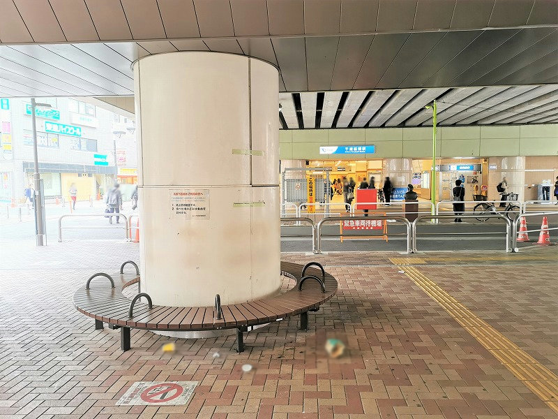 千歳船橋駅 高架下広場の休憩場所2
