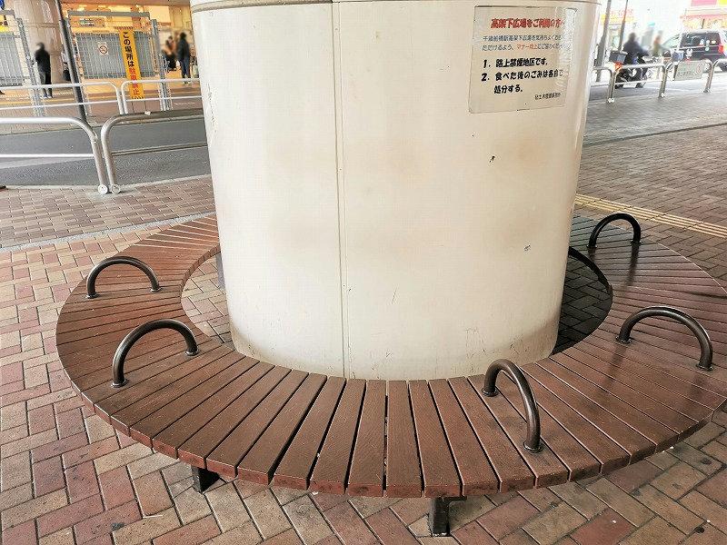 千歳船橋駅 高架下広場の休憩場所の円形ベンチ円形ベンチ