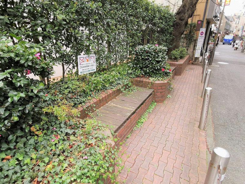 千歳船橋駅 南口商店街入口の休憩場所のベンチ