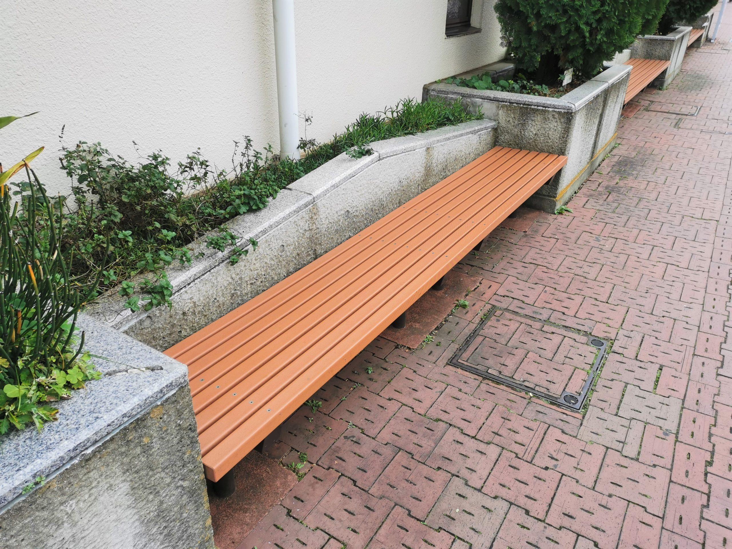 千歳船橋駅 桜丘ホール前の休憩場所のベンチ