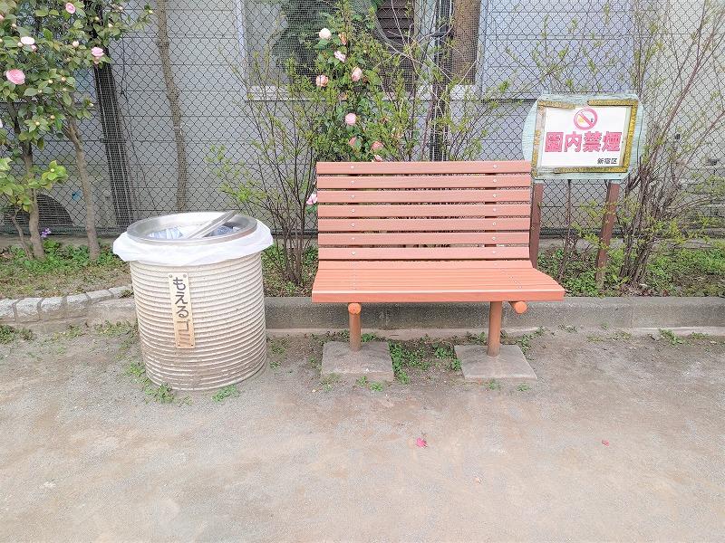 神楽坂駅 あかぎ児童遊園の休憩場所のベンチ