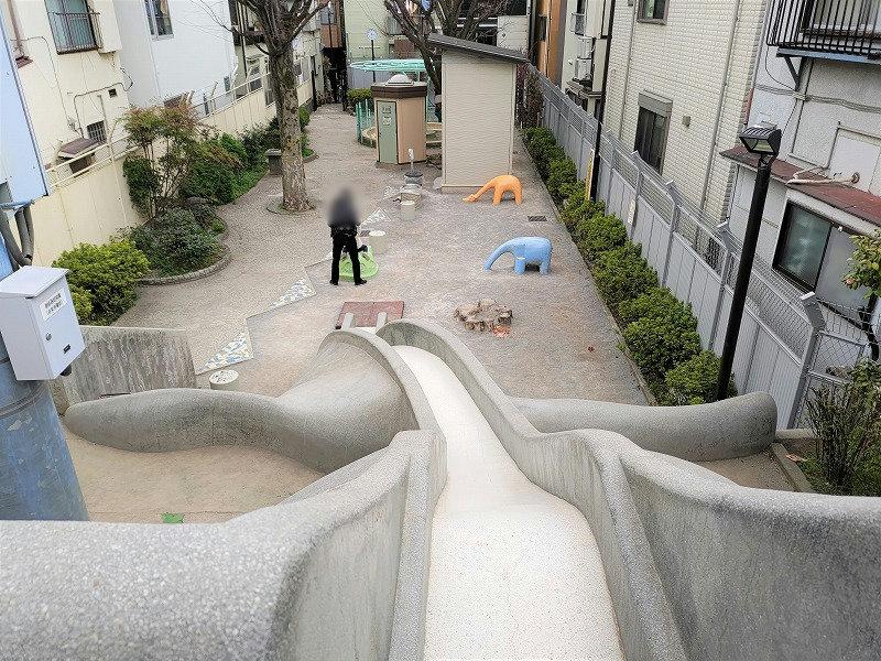 神楽坂駅 あかぎ児童遊園の滑り台の上からの景色