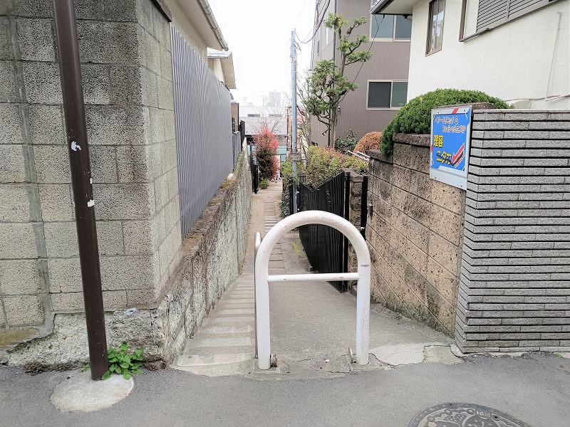 神楽坂駅 あかぎ児童遊園へ向かう細い道