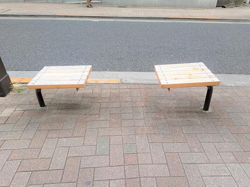 神楽坂駅 神楽坂通りの休憩場所のベンチ