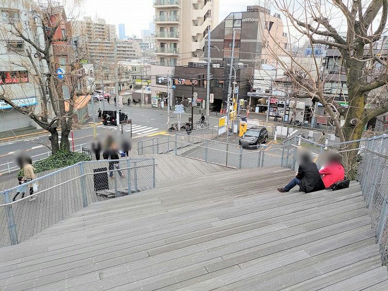 神楽坂駅 la kagu ウッドデッキの休憩場所