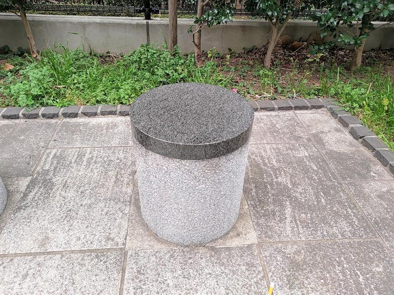 神楽坂駅 寺内公園の石材スツール