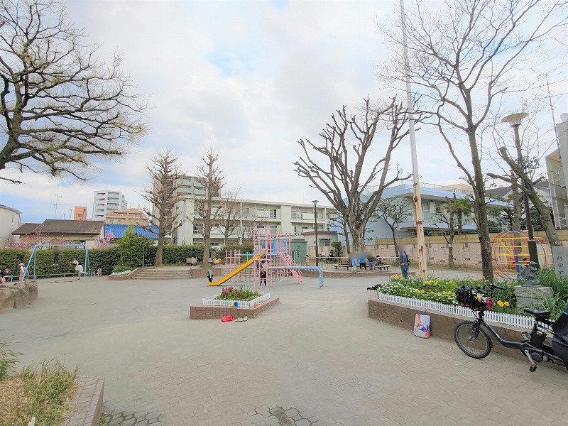 神楽坂駅 矢来公園の広場1