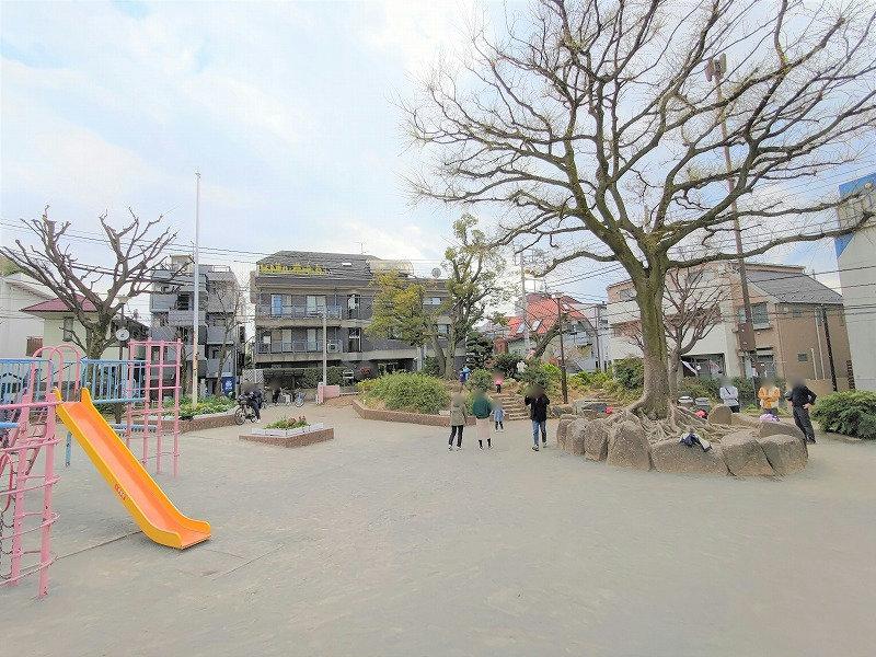神楽坂駅 矢来公園の広場2