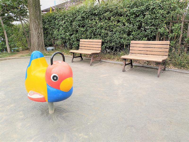神楽坂駅 矢来公園の休憩場所のベンチと鳥の遊具
