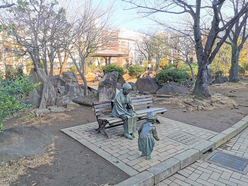 川口駅 リリアパーク 銅像付近の休憩場所