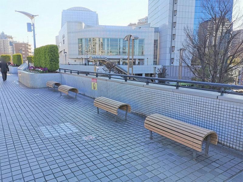 川口駅 西口駅前 ペデストリアンデッキの休憩場所