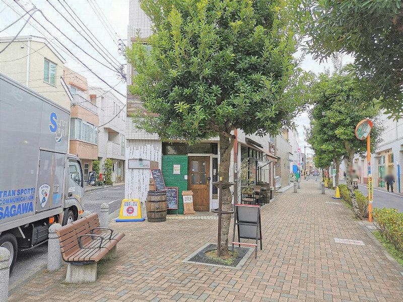 喜多見駅 北口ふれあい側道の休憩場所