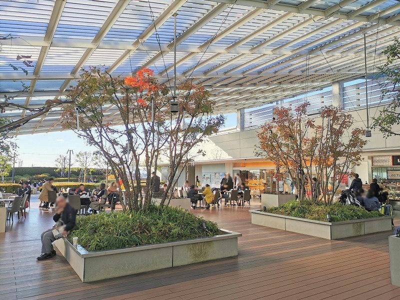 経堂駅 コルティ屋上庭園の屋根の下の休憩場所2