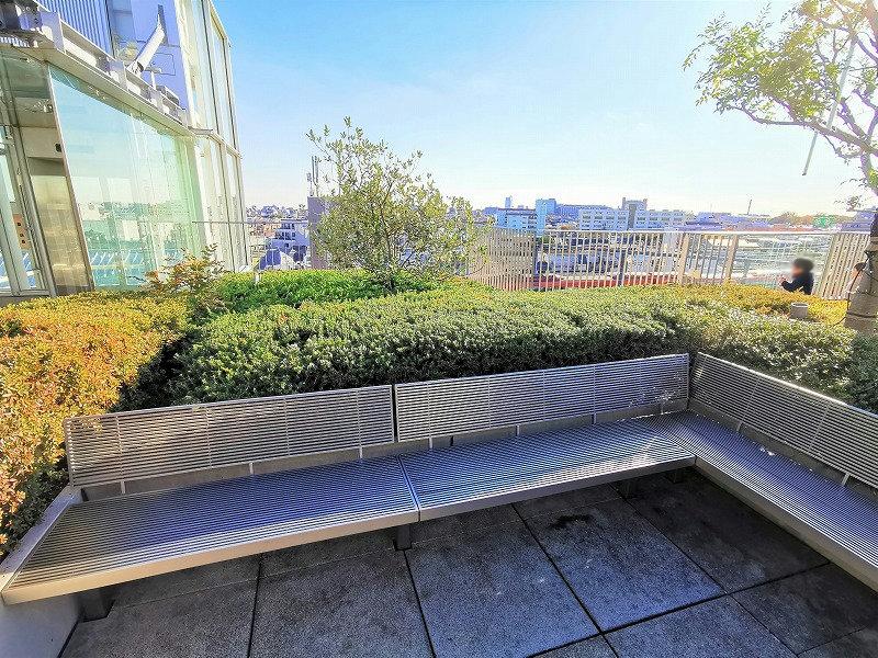 経堂駅 コルティ屋上庭園の外の休憩場所のベンチ