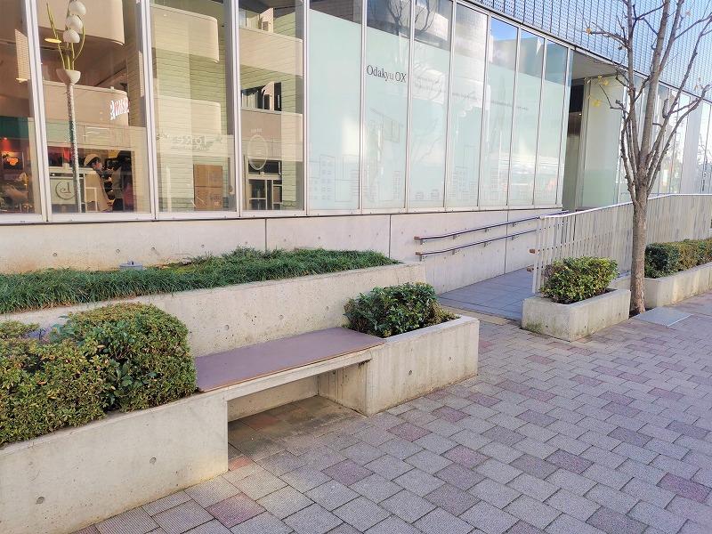 経堂駅 コルティ横の休憩場所のベンチ