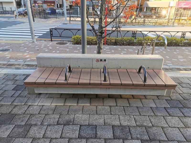経堂駅 テラスガーデン東口ビル前の休憩場所の3人掛けベンチ