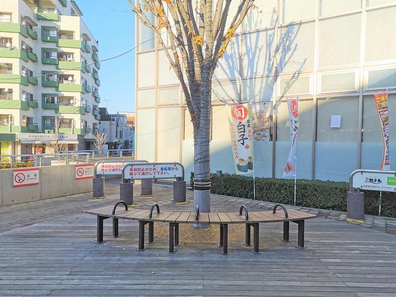 経堂駅 テラスガーデン東口ビル前の休憩場所の6人掛けベンチ