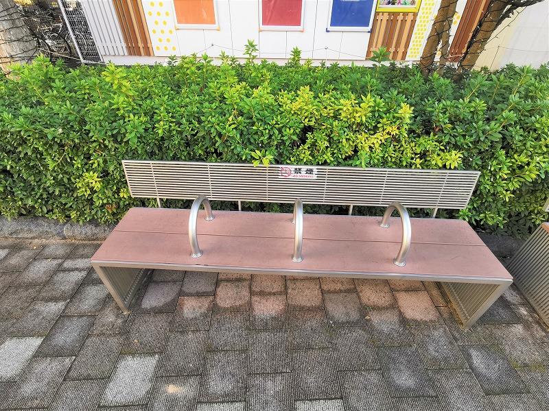 経堂駅 テラスガーデン ルネサンス付近の休憩場所のベンチ