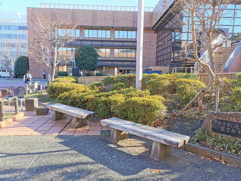 新百合ヶ丘駅 麻生区役所付近の休憩場所のベンチ