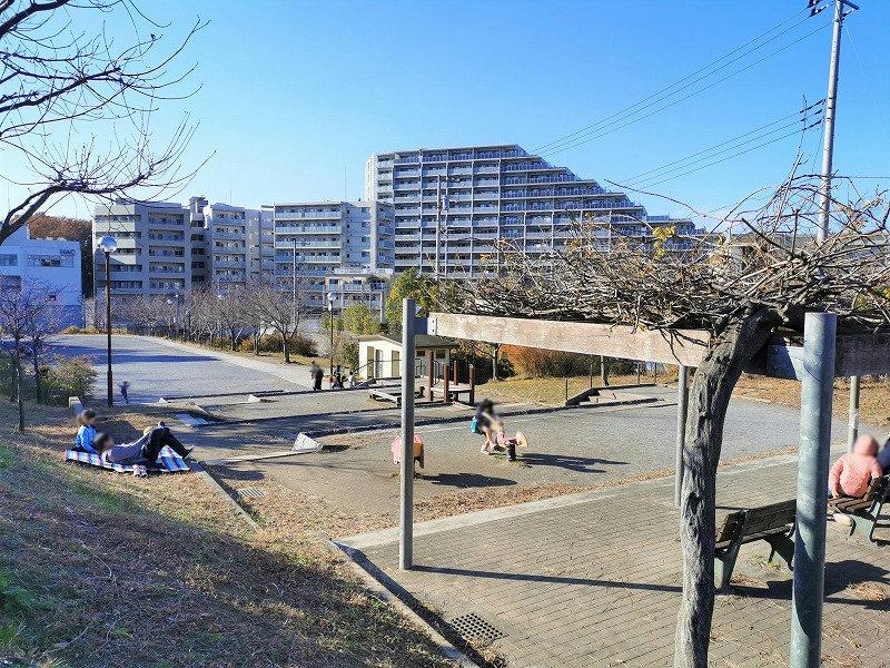 新百合ヶ丘駅 万福寺おやしろ公園 段々広場の休憩場所外観2
