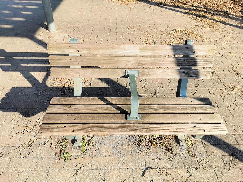 新百合ヶ丘駅 万福寺おやしろ公園 段々広場の休憩場所のベンチ