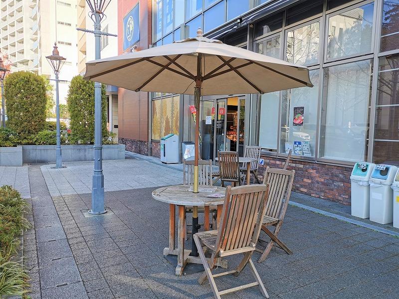 新百合ヶ丘駅 Odakyu OX横 テラスの休憩場所のテーブルとイス